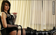 Larissa, 24, Femdom Sucht Subs für Tabulose BDSM Spiele