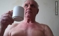 Nackt auf ein Kaffee bei mir am Sonntag