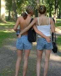 Sehr hübsche Zwillingsschwestern