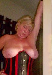 Attraktive 53 jährige verheiratete  Sklavin