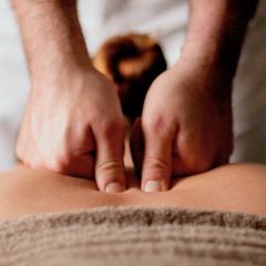 Wohltuende erotische ölmassage für die Frau